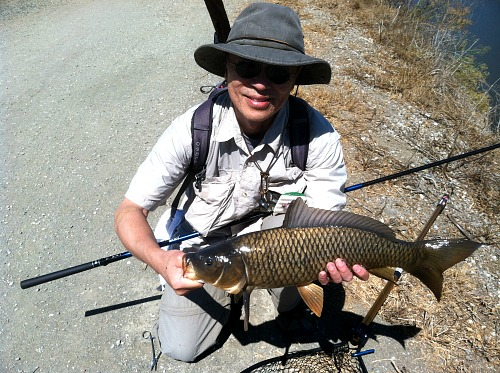 Angler holding carp caught with Daiwa Kiyose 43 MF